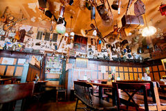 Leute essen innerhalb des gemütlichen Restaurants zu Abend Lizenzfreie Stockbilder