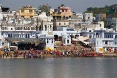 Leute führen puja - Ritualzeremonie am heiligen Sarovar See durch Pushkar - berühmter Anbetungsplatz in Indien Lizenzfreie Stockfotografie