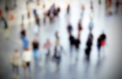Leute führen Zusammenfassung, absichtlich unscharfen Hintergrund einzeln auf Lizenzfreie Stockfotos