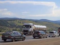 Leute fahren Autos im Dorf Sim der Verkehrsstockung fast Lizenzfreie Stockfotos