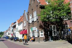 Leute fahren in bekleidendes Naarden, die Niederlande rad Stockfotografie