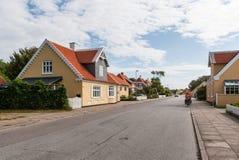 Leute fahren Fahrrad auf die kleine dänische Stadt Lizenzfreies Stockfoto