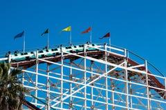 Leute-Fahrt zur Spitze der riesigen Schöpflöffel-Achterbahn bei Belmont Park Stockfotos