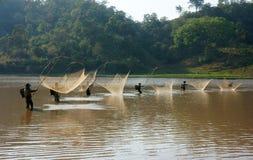 Leute fangen Fische durch Aufzugnetz auf Abzugsgraben Lizenzfreies Stockbild