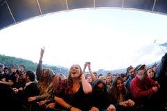 Leute (Fans) schreien und tanzen in die erste Reihe eines Konzerts an Ton-Festival 2013 Heinekens Primavera Stockbilder