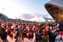 Leute (Fans) schreien und tanzen in die erste Reihe eines Konzerts an Ton-Festival 2013 Heinekens Primavera Stockfotos