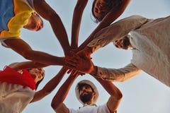 Leute-Feier-Strandfest-Sommerferien-Ferien-Konzept stockbilder