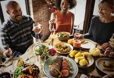Leute feiern Danksagungstag lizenzfreie stockbilder
