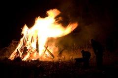 Leute am Feuer Lizenzfreie Stockbilder