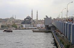 Leute fischen von der Galata-Brücke in Istanbul, die Türkei Stockfotografie