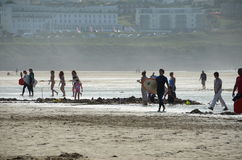 Leute an Fistral-Strand Lizenzfreies Stockbild