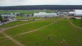 Leute flie ein Drachen auf Gras am Sommertag Gruppenkinder, die den Drachen im Freien fliegen Fliegendrachen in der Bewegung, die lizenzfreie stockfotografie