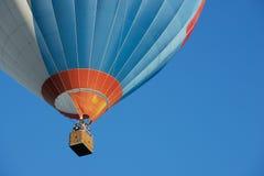 Leute fliegen mit dem Heißluftballon in Vilnius, Litauen Lizenzfreie Stockbilder