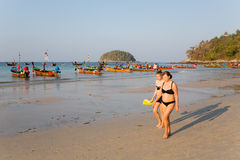 Leute am frühen Morgen auf dem Kata-Strand Stockbild