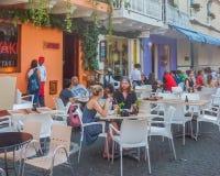 Leute am Freien-Restaurant in Cartagena lizenzfreie stockbilder