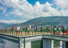 Leute am Gazebo in Nutibara-Hügel in Medellin stockbild