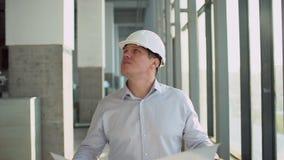Leute, Gebäude, Bau, Architektur und Reparaturkonzept - männlicher Architekt oder Erbauer im Sturzhelm mit Plan stock video