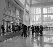 Leute am Gebäude Taipehs 101 in Taipeh, Taiwan Stockfoto
