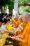 Leute geben acht Notwendigkeiten eines buddhistischen Mönchs stockbild