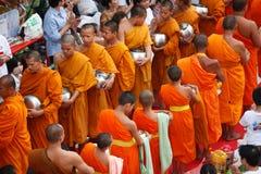Leute geben einem buddhistischen Mönch Nahrungsmittelzubringer Lizenzfreie Stockfotografie