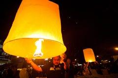 Leute geben Himmellaternen während der Feiern des neuen Jahres frei Stockbild