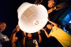 Leute geben Himmellaternen während der Feiern des neuen Jahres frei Stockfoto