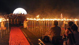 Leute geben Khom Loi, die Himmellaternen während Festivals Yis Peng oder Loi Krathong frei Stockfotografie