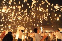 Leute geben Khom Loi, die Himmellaternen während Festivals Yis Peng oder Loi Krathong frei Stockbilder