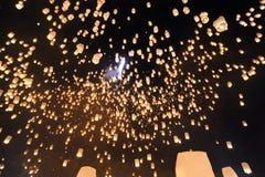 Leute geben Khom Loi, die Himmellaternen während Festivals Yis Peng oder Loi Krathong frei Lizenzfreie Stockfotografie