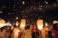 Leute geben Khom Loi, die Himmellaternen während Festivals Yis Peng oder Loi Krathong frei Stockbild