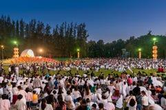 Leute geben Khom Loi, die Himmellaternen während Festivals Yis Peng oder Loi Krathong frei Stockfotos