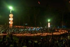 Leute geben Khom Loi, die Himmellaternen während Festivals Yis Peng oder Loi Krathong frei Stockfoto