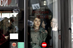 Leute in gedrängtem Bus Stockfoto