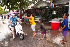 Leute gefeiertes Songkran-Festival Lizenzfreies Stockfoto