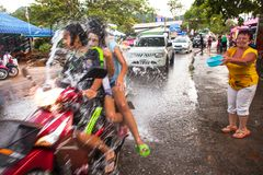 Leute gefeiertes Songkran-Festival Lizenzfreie Stockfotos