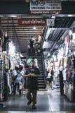 Leute gehen am Asean-Nachtbasar Stockfotografie