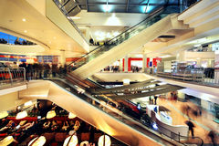 Leute gehen in Atrium-Mall Lizenzfreie Stockfotos