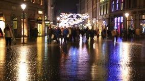 Leute gehen auf Abendstraße von Krakau verzierten durch Weihnachten stock video
