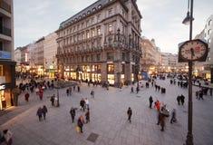 Leute gehen auf Ablage-im-Eisen-Platz Stockbild