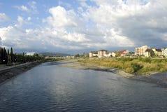 Leute gehen auf den Damm des Flusses Mzymta Stockfotografie