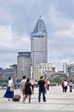 Leute gehen auf den Promenaden-Boulevard mit Kolonialarchitektur auf Hintergrund, Shanghai, China Stockbild