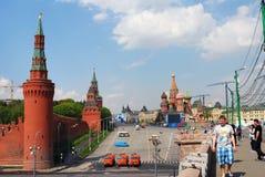 Leute gehen auf die große Moskvoretsky-Brücke. Panorama Moskaus der Kreml. Stockfotografie