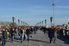 Leute gehen auf die Patriarch ` s Brücke in Moskau Stockfotografie