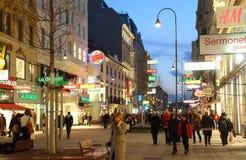 Leute gehen auf Hauptfußgängerstraße Stockbild