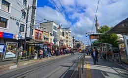 Leute gehen auf Istiklal-Straße stockfoto