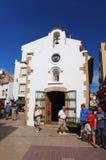 Leute gehen auf Straße nahe Kapelle von Mare de Deu del Socors Lizenzfreie Stockfotos