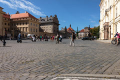 Leute gehen in das Quadrat im historischen Teil von Prag Stockfoto