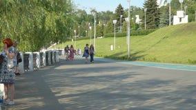 Leute gehen in den Park auf dem die Wolga-Damm stock video
