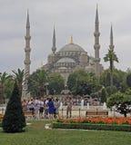 Leute gehen an der blauen Moschee in Istanbul, die Türkei Lizenzfreies Stockfoto