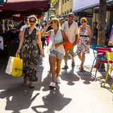 Leute gehen in der Nachmittagssonne in Lincoln Road Stockfotos